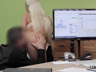 LOAN4K. L'agente non vede l'ora di spingere il suo cazzo nell'adorabile figa di Blanche