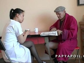 Papy se beetle a unite sa jeune infirmiere asiat apres flu douche